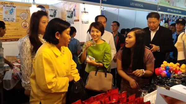 Bà Panpimon Suwannapongse, Tổng lãnh sự Thái Lan tại TPHCM tham quan hội chợ - Ảnh: TN.
