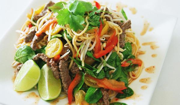 Trên bàn ăn của người Thái cũng không thể thiếu rau thơm để trộn vào món ăn hoặc ăn kèm. Ảnh:Thaifood.