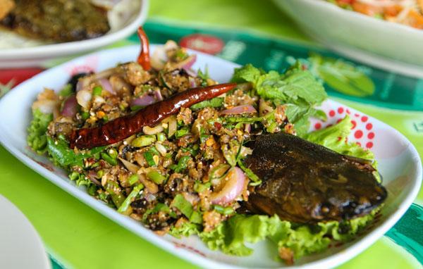 Món larb pla duk làm từ cá.